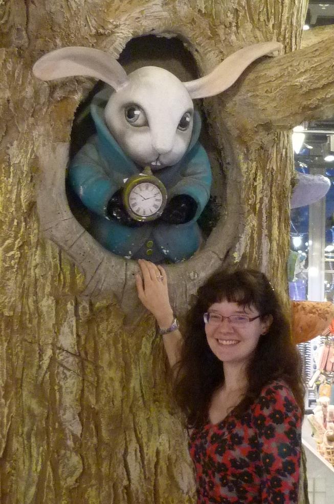 Foto von Alicia Hartung vor dem weißen Kaninchen aus Alice im Wunderland