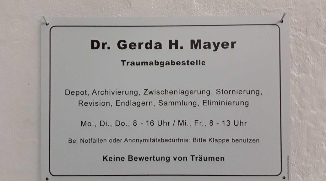 Namensschild am Büro: Dr. Gerda H. Mayer, Traumabgabestelle