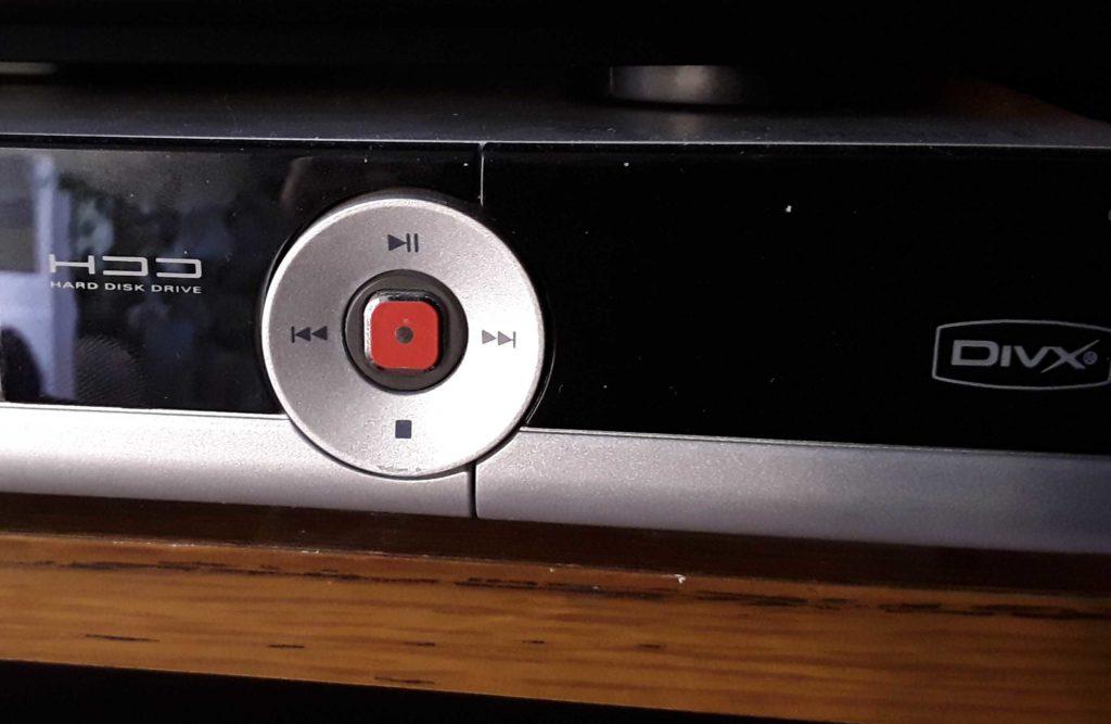 DVD-Rekorder mit rotem Brenn-Knopf und ringförmig angeordneten Feldern