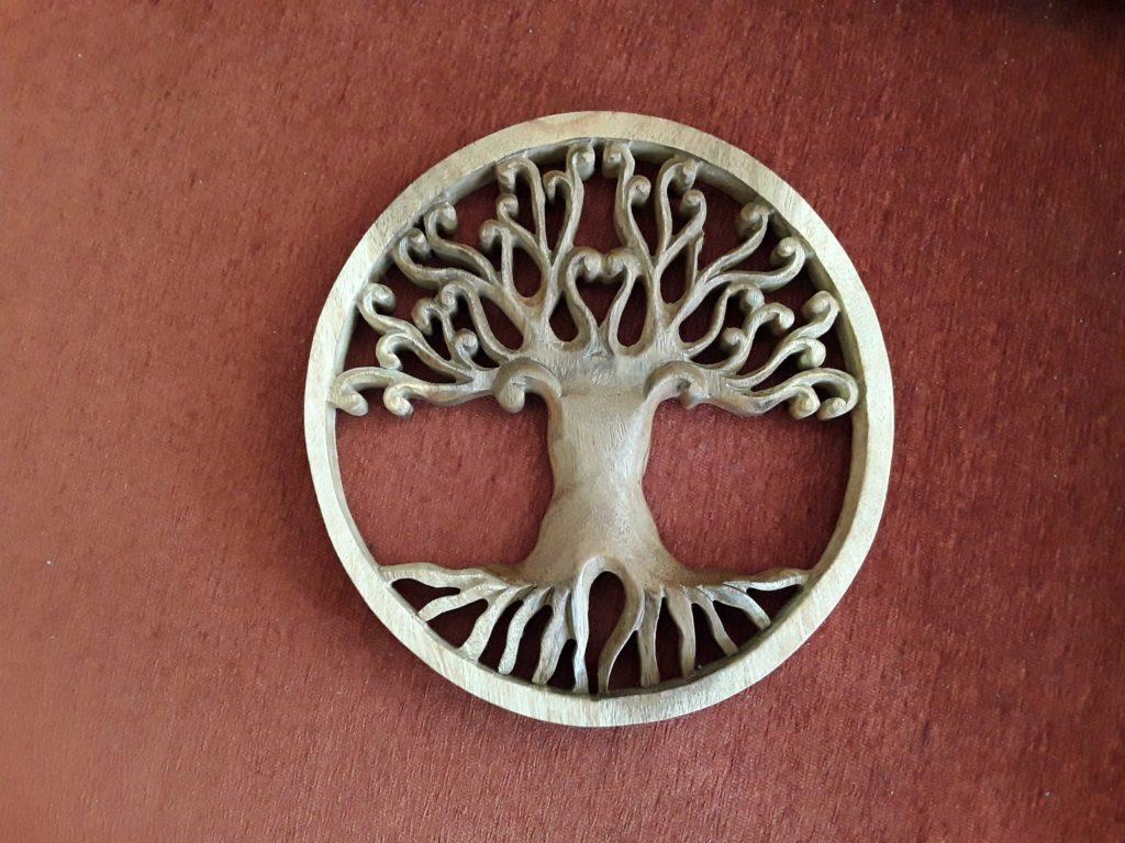 geschntztes Wandbild aus Holz, das einen Baum zeigt