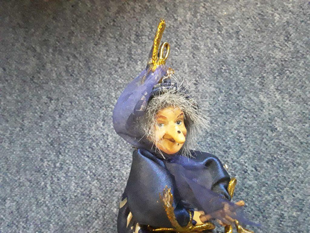 Hexe mit Hakennase und blauem Zauberhut