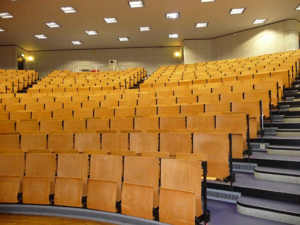 Hörsaal in der Universität mit leeren Stühlen