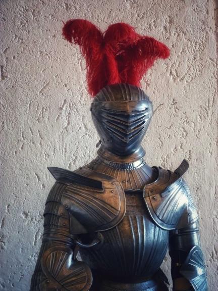 Ritter mir Rüstung und rotem Federbusch