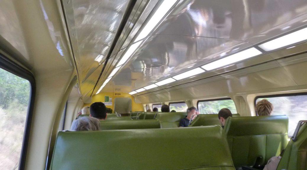Futuristisch aussehender Zugwaggon von innen